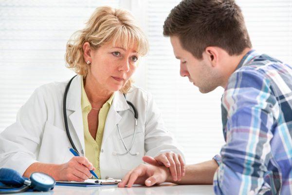 طبيبة تتحدث إلي مريض