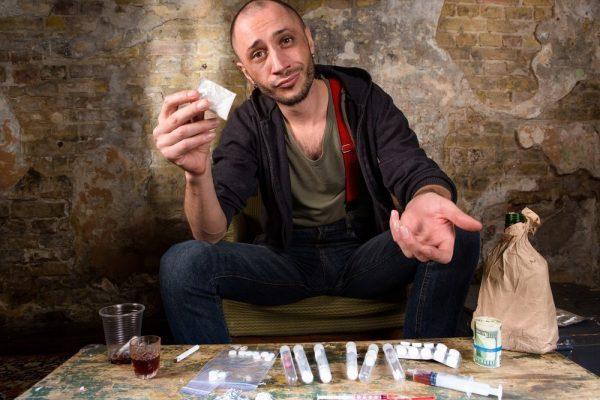 رجل امامه انواع مختلفه للمخدرات